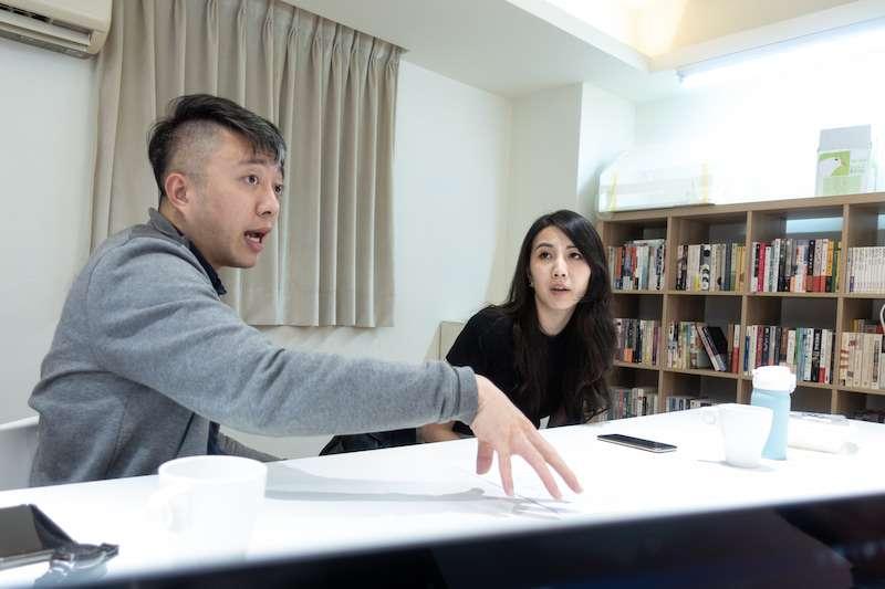 「故事」網站針對教科書開放後的「一綱多本」議題,邀請了同為臺大歷史系同班同學、也投入教育工作的蕭宇辰(左)與許懿心(右)進行對談。(圖/故事網站提供)