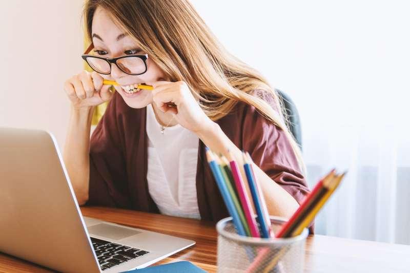 根據1111人力銀行調查,36.1%女性受訪者自評在職場壓力沉重。(圖/PIXABAY)