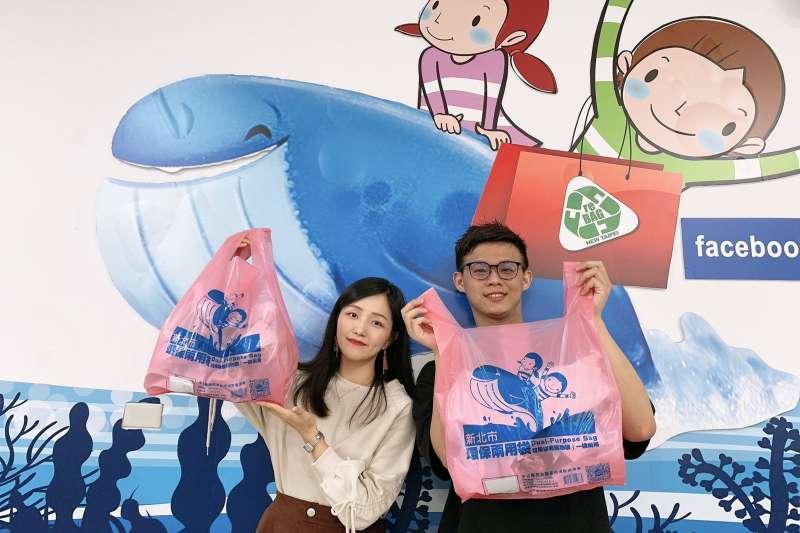 新北環保兩用袋以鯨魚與孩童為題材,象徵新北不塑之客、以及人類。(圖/新北市環保局提供)