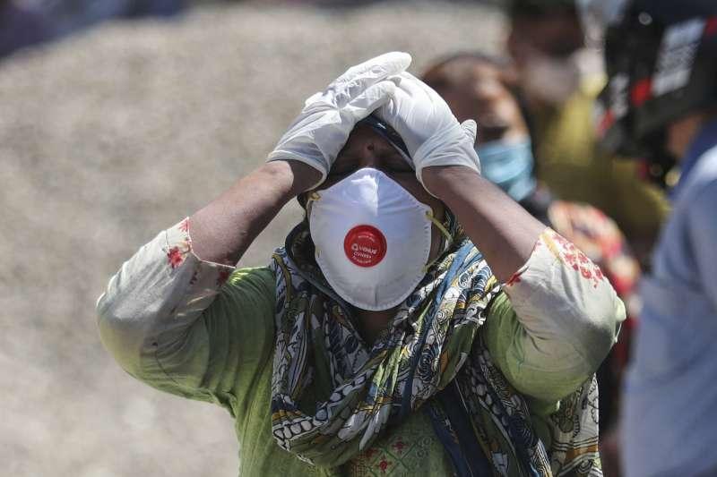 4月25日,印度查謨,新冠肺炎死者的親友在火葬場情緒崩潰(美聯社)
