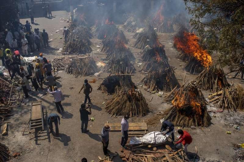 4月24日,印度新德里的新冠肺炎死者暴增,許多空地臨時被當成火葬場地(美聯社)