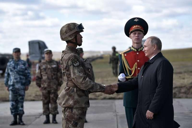 俄羅斯總統普京與參加2018年東方演習的中國士兵(資料照,AP)