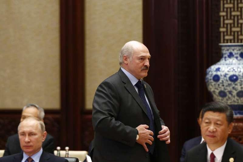 白羅斯(白俄羅斯)總統盧卡申科(中)與俄羅斯總統普京和中國國家主席習近平(資料照,AP)