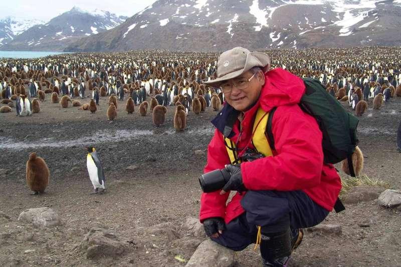 張隆盛擔任營建署長敢於向蔣經國的政策說不。圖為張隆盛赴南極拍攝企鵝。(郭瓊瑩提供)