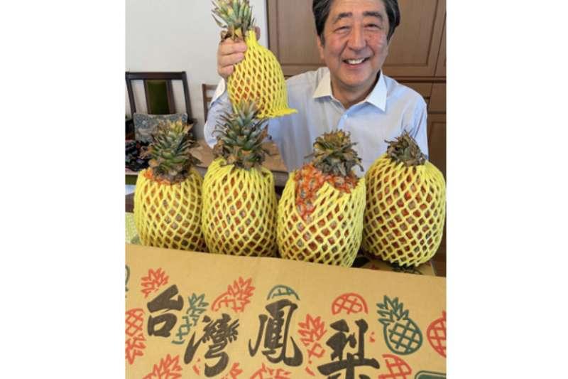 20210428-安倍晉三吃台灣鳳梨。(取自安倍晉三臉書)