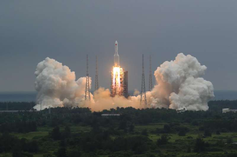中國長征五號B火箭運載著「天和號」核心艙,在4月29日上午11時許順利於海南文昌發射中心升空。(AP)