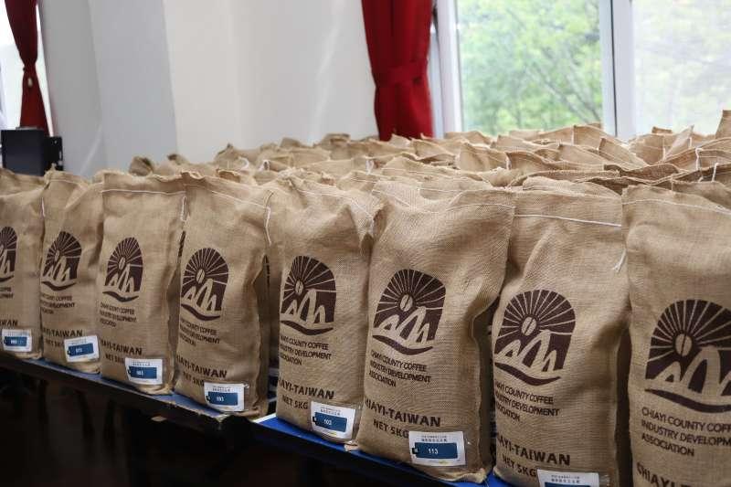 嘉義縣阿里山莊園咖啡精英賽媒合會,縣長翁章梁以43萬,將咖啡豆高價售出。(圖/嘉義縣政府農業處提供)