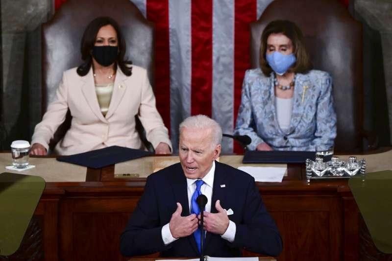 美國總統拜登28日晚間發表國會聯席演說,他身後的是參眾兩院議長賀錦麗與裴洛西。(美聯社)