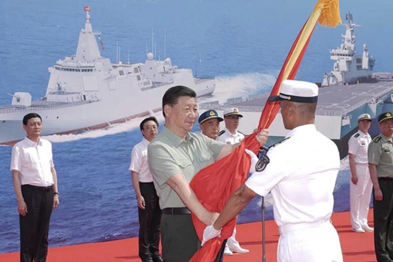 中國三艘艦艇交接入列,習近平親授軍旗。(大陸央視畫面)