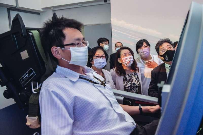 20210429-立委湯蕙禎、伍麗華及羅美玲28日參觀勇鷹機模擬器。(軍聞社提供)