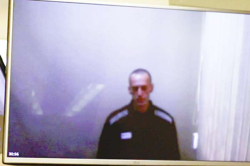 4月29日,是俄羅斯反對派領袖納瓦爾尼自絕食抗議結束首次公開露面,他在獄中透過視訊出席法庭,頭髮剃光、身穿囚衣、臉頰凹陷。(AP)
