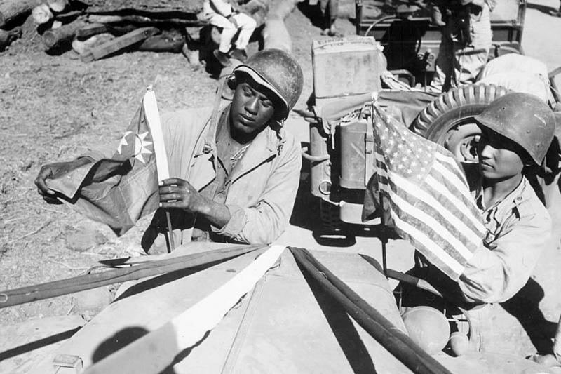 20210430-中國戰場上的黑人士兵,與國軍士兵相互懸掛對方國旗,象徵中美友好。(取自美國國家檔案館,作者提供)