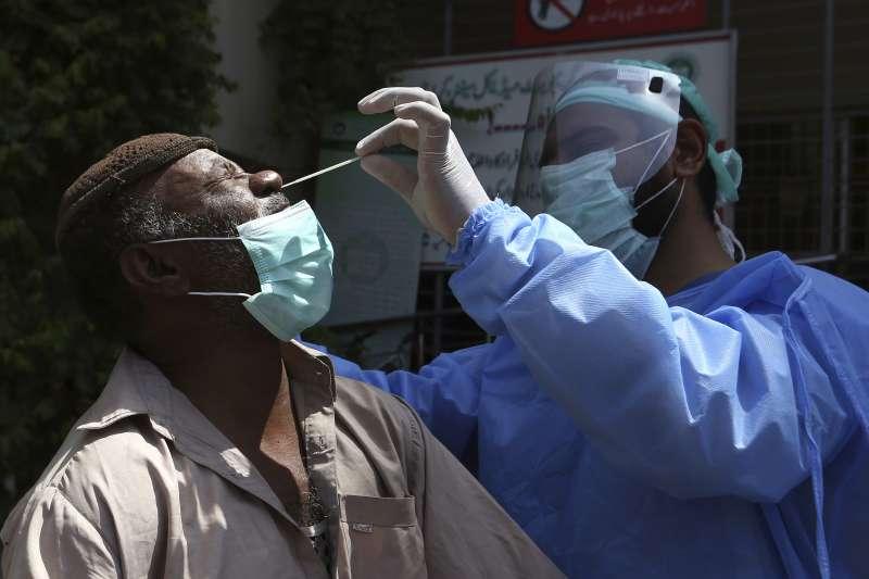 2021年4月,巴基斯坦新冠肺炎疫情日益嚴重(AP)
