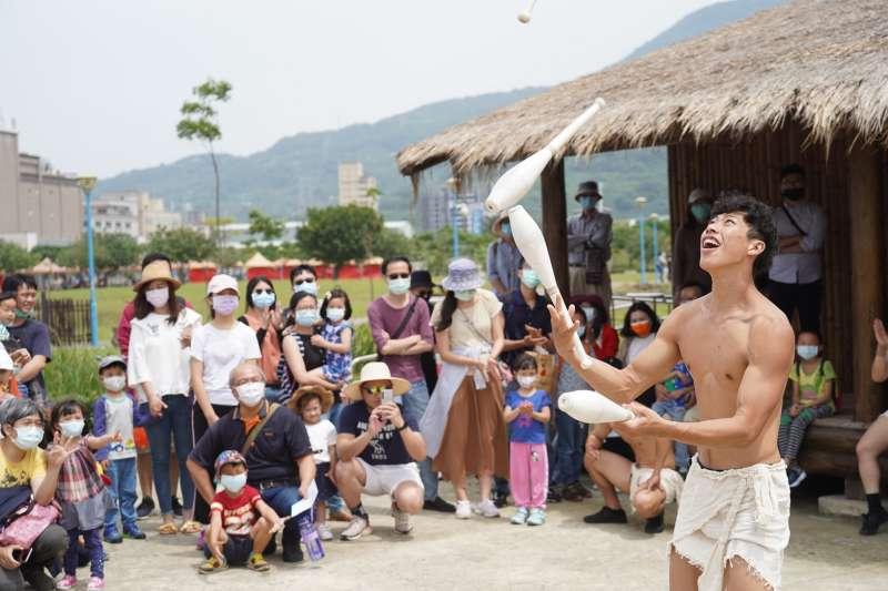 2021新北考古生活節帶領民眾穿越時空,置身於史前聚落生活。(圖/新北市文化局提供)