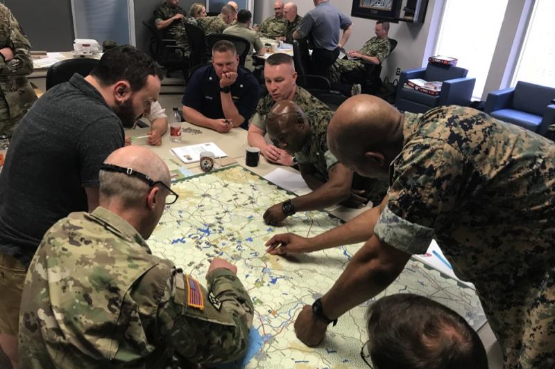 美國陸戰隊戰爭學院的戰略研究教授詹姆斯・萊西(James Lacey)的兵棋推演課程。美軍與北約部隊正與俄羅斯在歐洲戰場激戰。(翻攝網路)