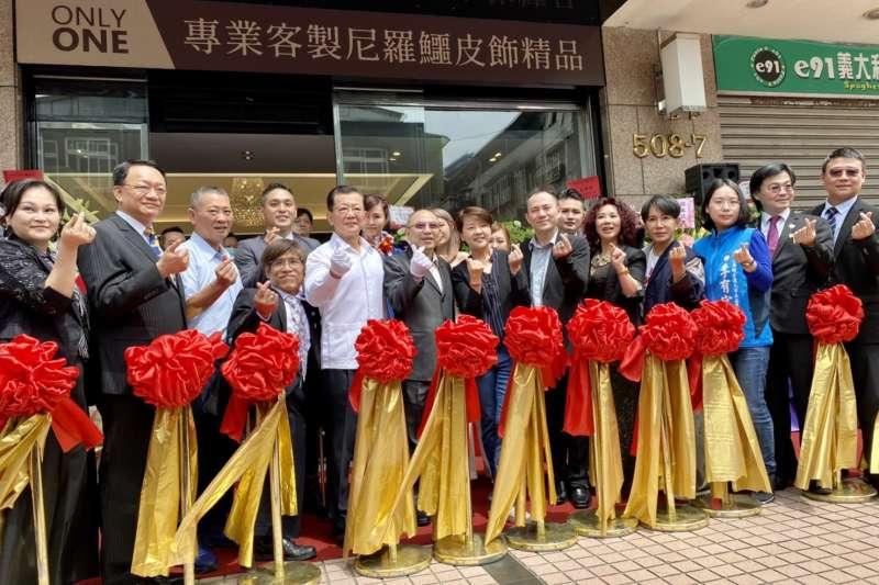 台北市副市長黃珊珊、鱷斯卡國際公司執行長林志諺(Lin))等經營團隊,共同出席Awska信義區旗艦店。(圖/Awska提供)