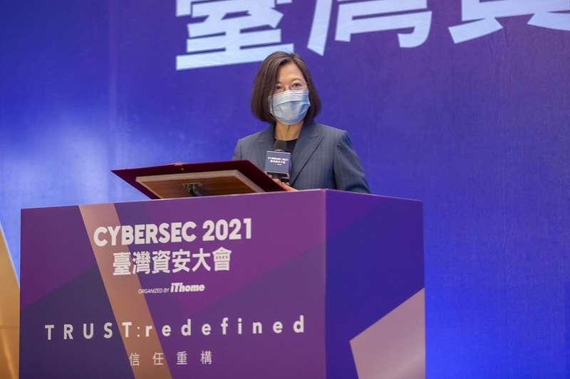總統蔡英文(見圖)證實,台灣是國際上數一數二資安攻防熱區,更是第一線練兵場,政府將進階推出「資安即國安2.0」戰略。(總統府提供)