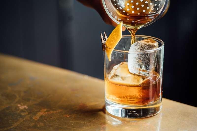 美國威士忌和蘇格蘭威士忌在製作時有一個最大的差別,蘇威是「同中求異」,美威則是「異中求同」。(圖/取自Unsplash)
