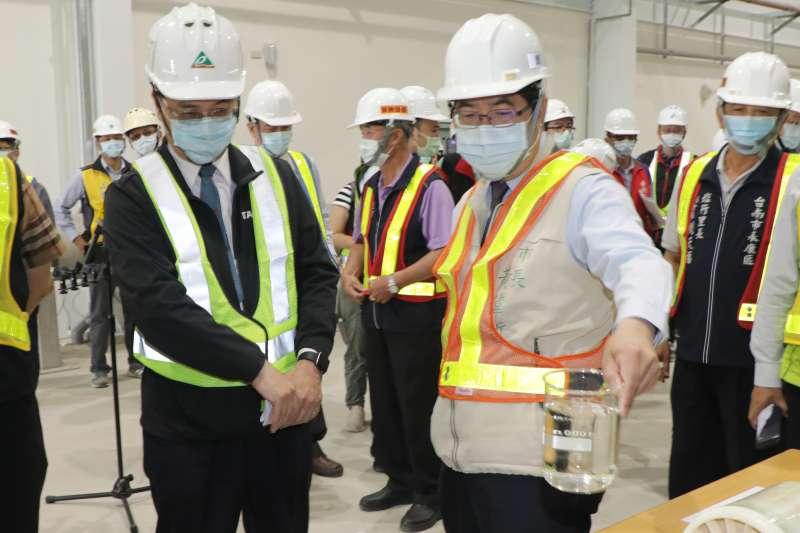 黃偉哲視察永康再生水廠淨水,為產業、民生開拓水源。(圖/台南市政府提供)