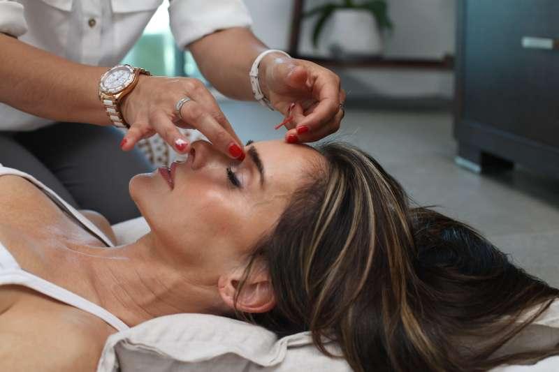近年來有許多人為了愛美跑去「紋眉」,但醫師提醒,若稍有不慎很有可能就會感染病毒疣。(圖/取自Unsplash)