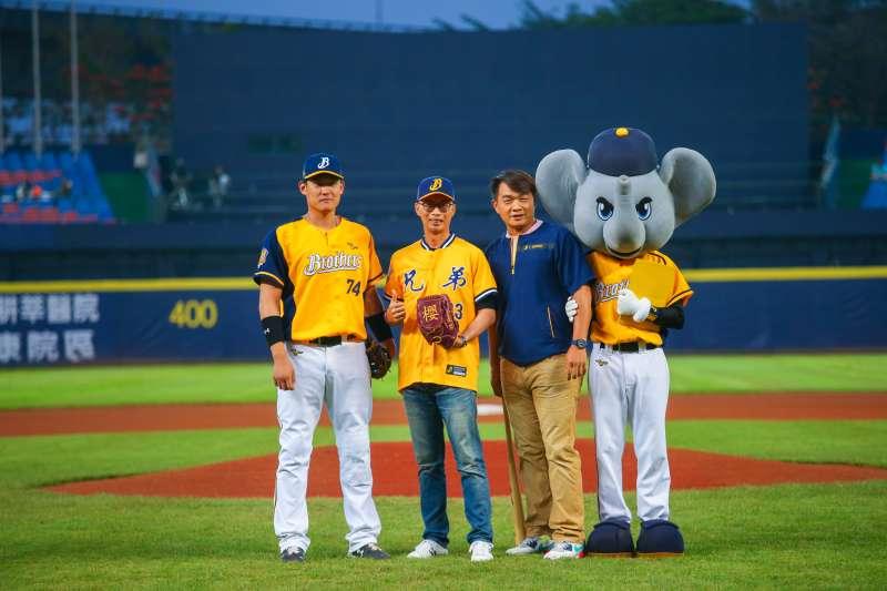 4月30日中信兄弟對樂天的比賽,由櫻花建設總經理陳世英進行開球。(圖/櫻花建設提供)