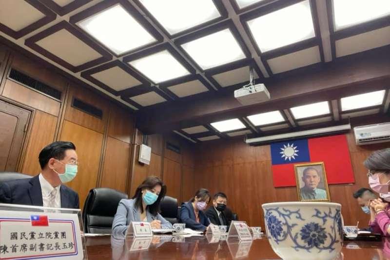 20210504-國民黨立法院團4日上午前往外交部,和部長吳釗燮(左一)討論駐日代表謝長廷回台備詢問題。(取自陳玉珍臉書)