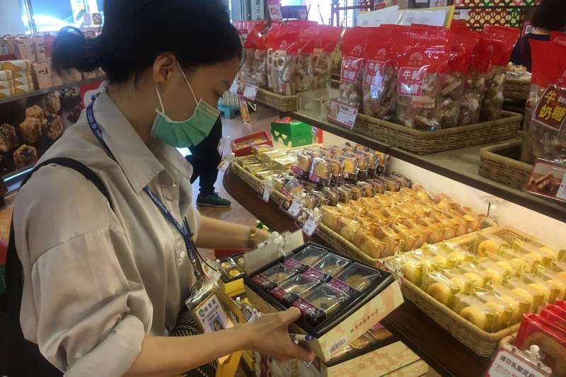 台中市府環保局在母親節前夕,前往買場稽查過度包裝的禮盒。(圖/台中市政府)