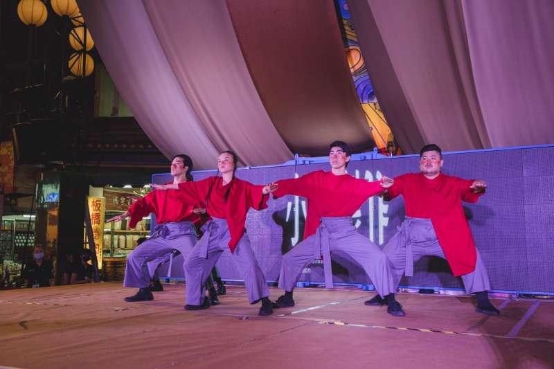 「小事製作」舞者以肢體表演傳達歷史與現代交錯的多元性。(圖/新北市文化局提供)