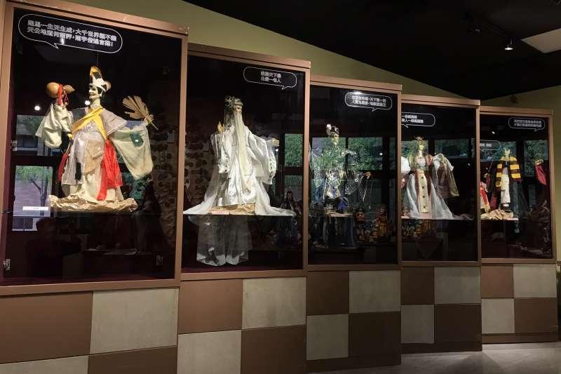 「蘇俊穎木偶劇團十週年特展」中的經典劇目主要角色與經典口白。(圖/新北市文化局提供)