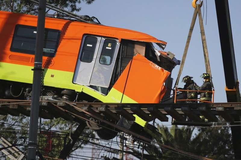 墨西哥城捷運的12號線高架軌道發生坍塌,造成至少25死的慘劇。(美聯社)