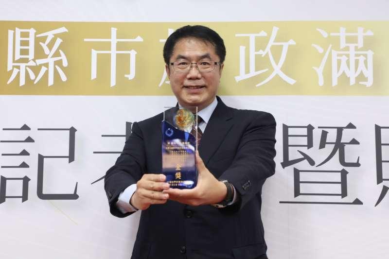 台南市長黃偉哲手執金獎感謝市民督促,並期許團隊再接再厲,營造生活品質更好的幸福府城。(圖/台南市政府提供)
