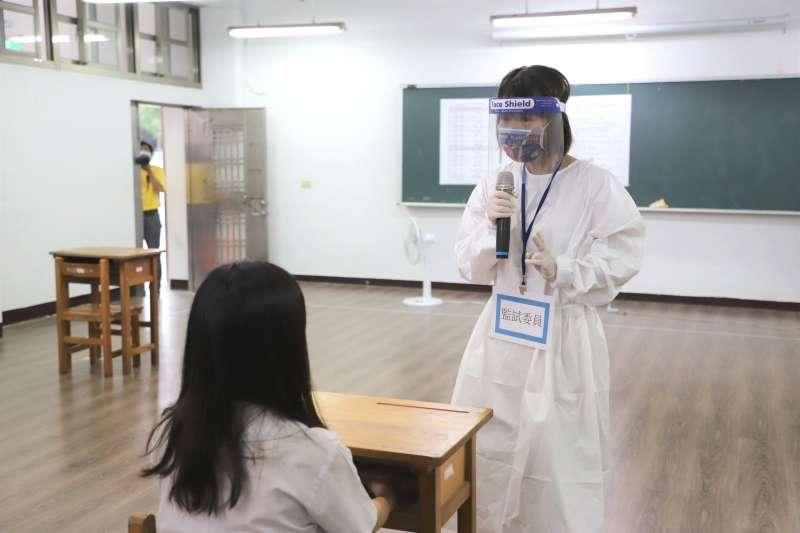 演練學生臨時發燒啟用備用試場,監試委員會全程穿隔離衣監試。(圖/新北市教育局提供)