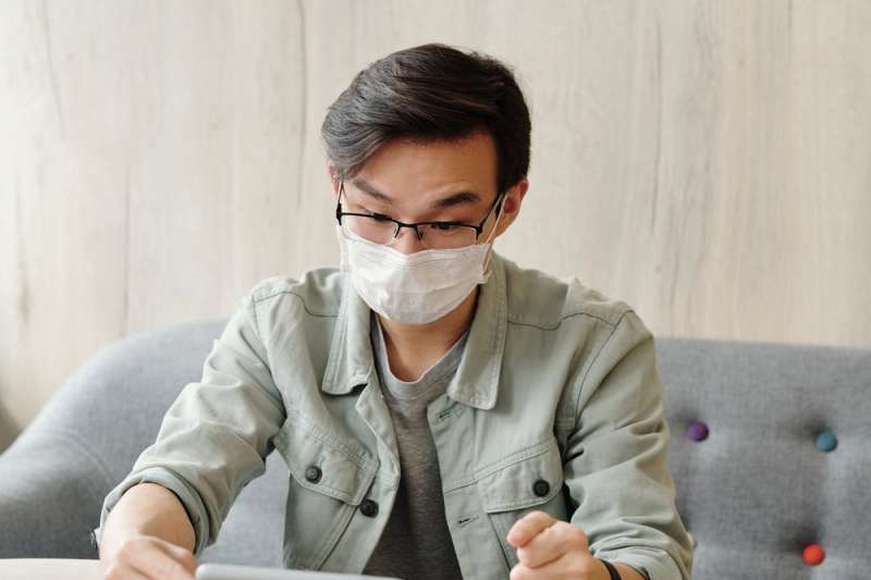 換季和肺炎疫情同時來,民眾應作好預防措施,維持正常作息提升肺部保護力。(圖/取自Pexels)