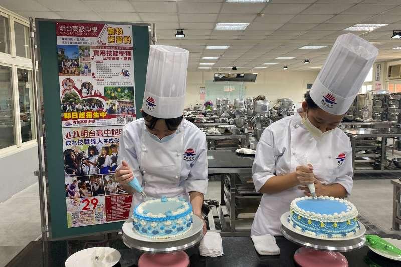 明台高中烘焙科學生製作法式宮廷蛋糕,展現製作技巧。(圖/王秀禾)