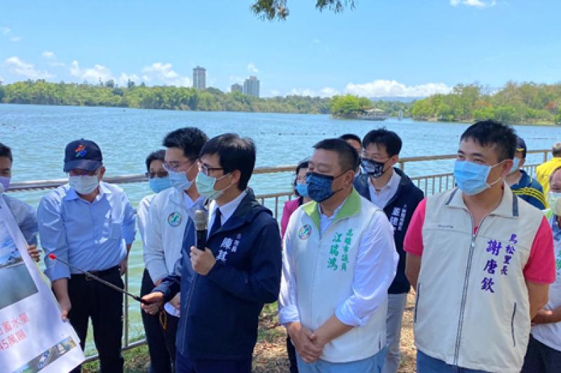 市長陳其邁率領機關主管勘查澄清湖蓄水量。(圖/徐炳文)