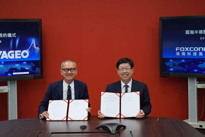 國巨董事長陳泰銘(左起)和鴻海董事長劉揚偉。