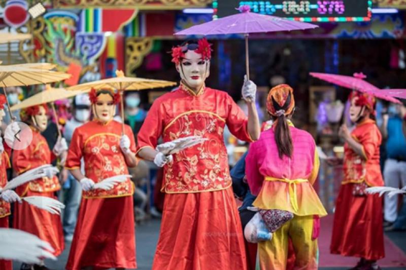 反串扮演「民俗牛犁陣」的在地青年陳永宏。(圖/高雄市青年局提供)