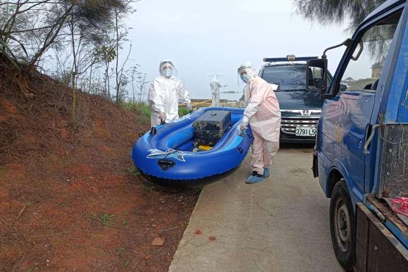20210506-海巡4日查獲中國籍偷渡客乘橡皮艇接近金門並試圖上岸。(海巡署提供)