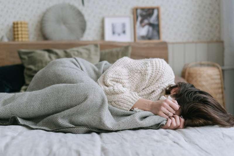 辛苦工作一整天,回到家卻不想睡覺,心理師指出這是「自願性熬夜」的情況。(圖/Pexels)