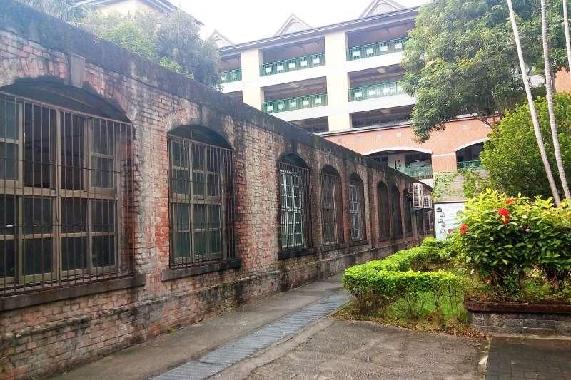 歷史建築「新莊原興直公學校舊校舍」背面。(圖/新北市文化局提供)