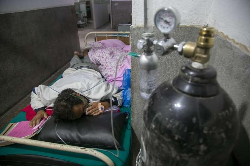 尼泊爾新冠肺炎疫情嚴峻,病患在急診室的走廊上接受供氧治療。(AP)