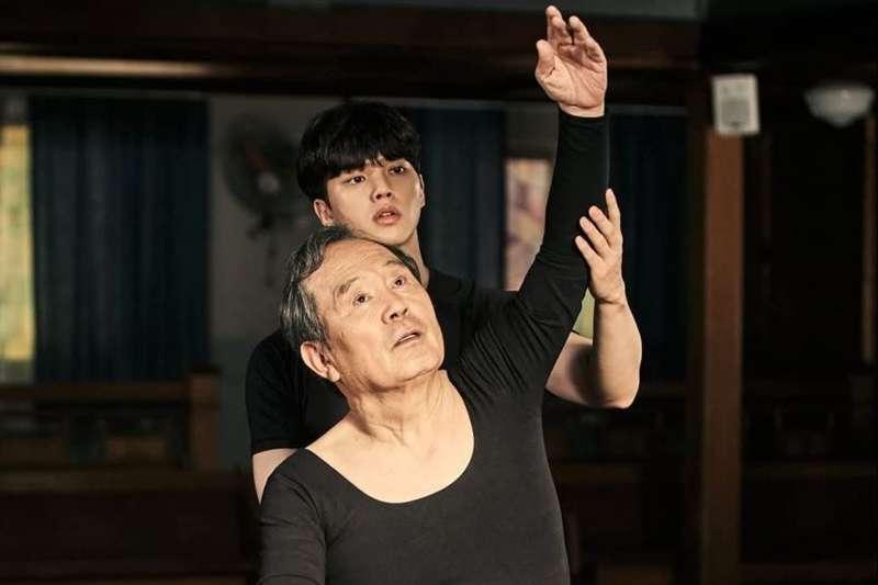 韓劇《如蝶翩翩》(Navillera)由宋江搭檔朴仁煥主演,講述一段芭蕾舞天才與追夢爺爺的暖心故事。(圖/取自imdb官網)