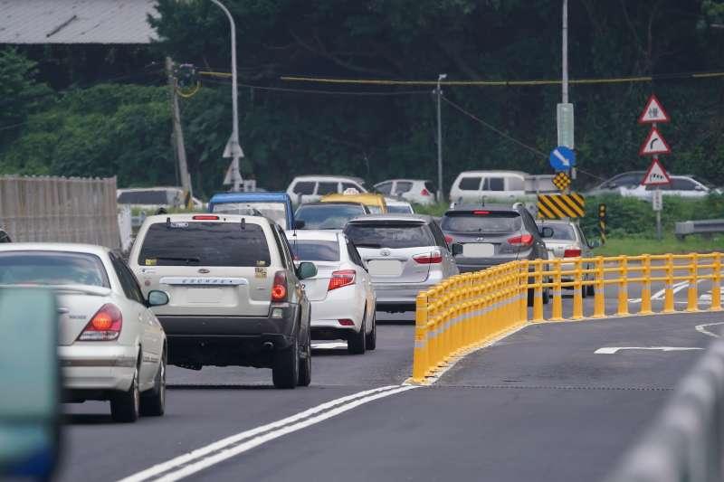 20210506-關渡大橋新設黃色彈性護欄引發熱議。(盧逸峰攝)