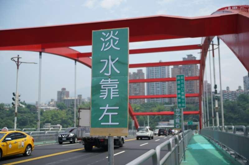 20210506-關渡大橋增設分流預告標誌。(盧逸峰攝)