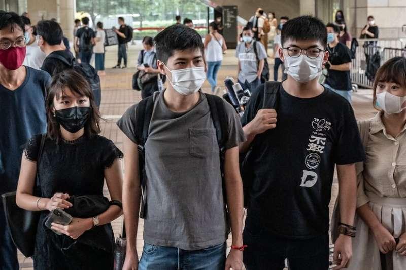 梁凱晴(左二)、岑敖暉(中)、黃之鋒(右二)、與袁嘉蔚(右一)被判監4至10個月。(BBC中文)