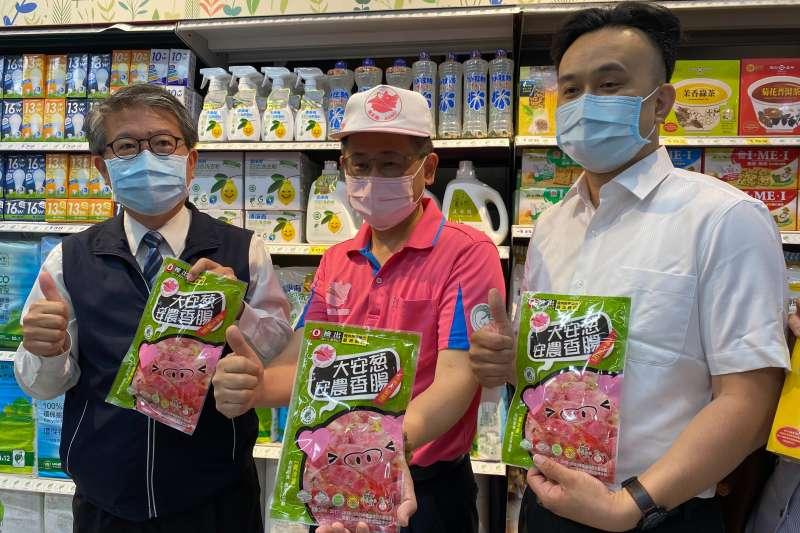 大安農會總幹事蔡建宗跟中市環保局長陳宏益一起展示環保綠包材的產品。(圖/王秀禾攝)