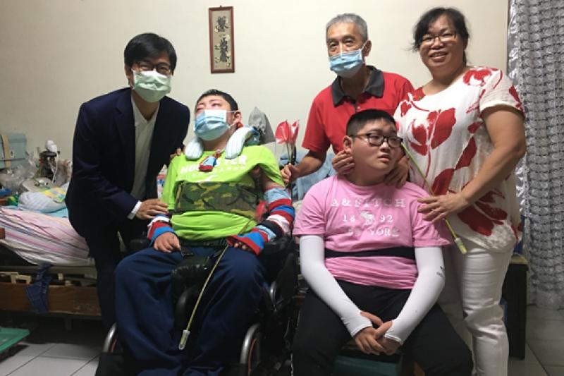 高雄市長陳其邁恭喜小凱媽媽獲選十大傑出愛心媽媽表揚。(圖/高雄市社會局提供)