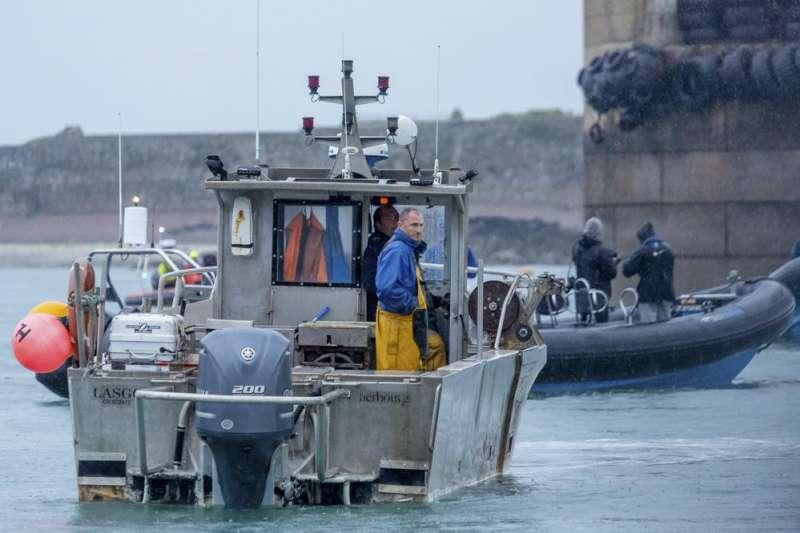 法國和英國6日派出軍艦和巡邏艇前往英國澤西島(Jersey)附近海域,雙方因英國脫歐後的漁權爭執,緊張局勢升高。(AP)