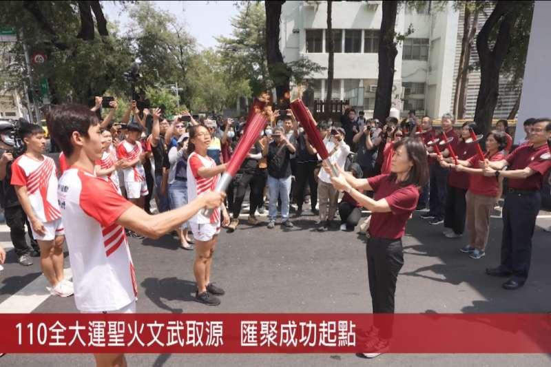 國立成功大學蘇慧貞校長(右)自文武廟聖火取源傳遞。