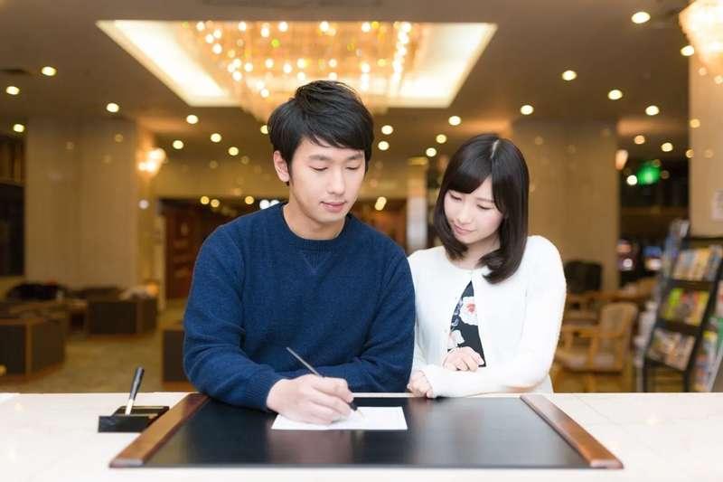 男女第一次約會該如何分攤帳單,一直是常被討論的敏感話題。 (圖/取自pakutaso)